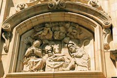 Kristi födelsescupture ovanför den gamla kyrkliga dörröppningen i Barcelona, Spanien Arkivfoto