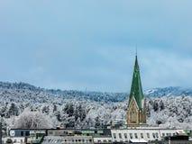 Kristiansand, Норвегия - 17-ое января 2018: Зима в городе Kristiansand Снег покрыл башню церков в городе, вытекая Стоковое Изображение RF