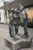 Kristiansand, Noorwegen - December 22, 2017: Het standbeeld riep Paa Stripa, in Markensgate Het winkelen straat en voetganger stock foto's