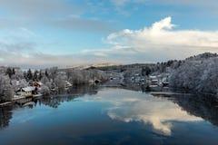 Kristiansand Norge - Januari 17, 2018: Scenisk sikt av den Tovdal floden på Tveit, med hus vid flodstranden Vinter Fotografering för Bildbyråer