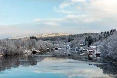 Kristiansand Norge - Januari 17, 2018: Scenisk sikt av den Tovdal floden på Tveit, med hus vid flodstranden Vinter Arkivbilder