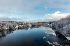 Kristiansand Norge - Januari 17, 2018: Scenisk sikt av den Tovdal floden på Tveit, med hus vid flodstranden Vinter Royaltyfri Fotografi