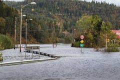 Kristiansand, Noruega - 3 de octubre de 2017: Inundando del río Tovdalselva en Kristiansand, Noruega El agua inunda foto de archivo
