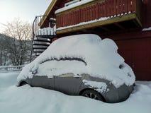 Kristiansand, Norvège - janvier 2019 : Voiture couverte de couche épaisse de neige image stock