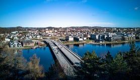 Kristiansand, Norvège peut 2019 : Vue d'Oddernesbrua, le pont E18 à travers la rivière d'Otra photo stock