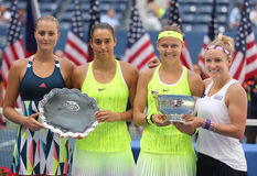Kristina Mladenovic (l), Caroline Garcia, (Frankrijk), (Tsjechische) Lucie Safarova en B Mattek-zand van Stock Foto's