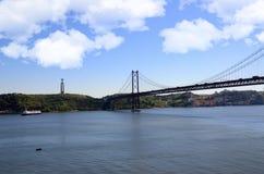 Kristus bron för konung Statue och April 25th, Lissabon Portugal Royaltyfri Bild