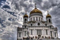 Kristus frälsaredomkyrkan på bakgrunden av den härliga himlen Arkivbilder