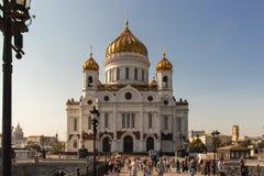 Kristus frälsaredomkyrkasikten från den patriark- bron mot den blåa himlen Kristuskyrka i Moskva arkivfoton
