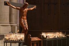 Kristus och stearinljus i den St John domkyrkan Fotografering för Bildbyråer
