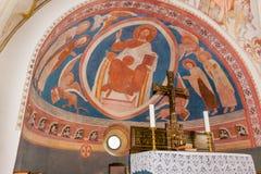 Kristussammanträde på hans biskopsstol som omges av evangelisterna Arkivbild