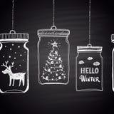 Krita dragen vit horisontalgräns med julgranen, moln, text, snö och hjortar i en krus Tema för lyckligt nytt år Arkivfoto