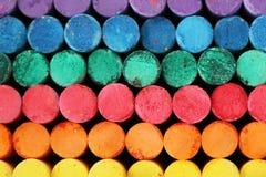 Krita klibbar mång- färglilor, blått, gräsplan, röd, orange gul främre sikt royaltyfria foton