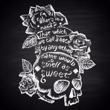 Krita målad illustration med skallen, rosor och citationstecknet (Shakespeare) bokstäver Arkivfoton
