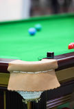 Krita på The Edge av snookertabellen royaltyfri bild