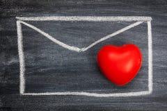 Kritabräde, kuvert, röd hjärta för din design härligt brigham arkivbild