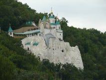 Kritagrottor med kyrkan av St Nicholas på dem Royaltyfri Fotografi