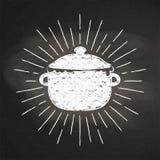 Kritasilhoutte av den kokande krukan med tappningsolen rays på svart tavla Royaltyfri Fotografi
