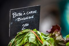 Kritatecken som säljer den organiska schweiziska charden under biologiquen för carde för ½ för ¿ för namnbetteï fotografering för bildbyråer