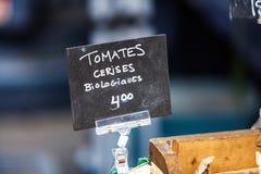 Kritatecknet för organiska körsbärsröda tomater namngav tomatescerisesbiologiques royaltyfri fotografi