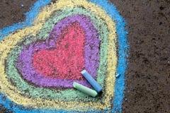 Kritateckning: färgrika hjärtor på asfalt royaltyfri fotografi