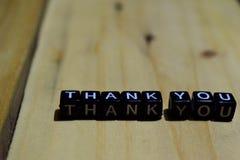 Kritiek geschreven op houten blokken Inspiratie en motivatieconcepten Dank u geschreven op houten blokken Inspiratie en motivat royalty-vrije stock fotografie