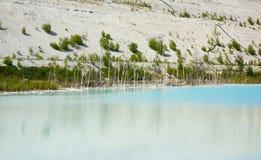 Kritiek milieugebied met gevaarlijk alkalisch meer stock afbeelding