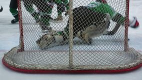 Kritiek ogenblik in ijshockeygelijke, goaltender verhinderend rivaal te noteren stock video