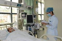 Kritisch zieke bejaarden Stock Foto's