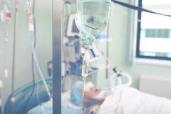 Kritisch zieke patiënten op iv druppel in de afdeling stock foto