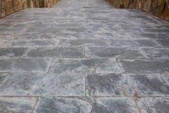 Kritisera grå färger och svärta stenläggningen eller gå vägtextur Arkivbilder