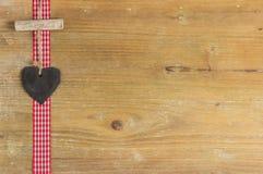 Hjärta av kritiserar på en wood panel. Royaltyfri Bild