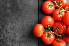 Kritisera plattan med nya mogna tomater Fotografering för Bildbyråer