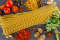 Kritisera skärbrädan Sammansättningsspagettikryddor för att laga mat italiensk disk Royaltyfri Foto