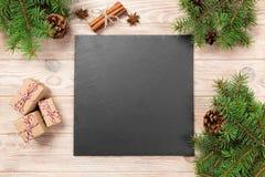 Kritisera svart tavla på trätabellen med julgarnering Svart kritiserar stenen på träbakgrund kopiera avstånd nytt år för begrepp arkivfoton