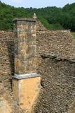 Kritisera tak återställer hus i Helgon-Amand de Coly (Frankrike) royaltyfri foto