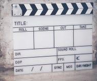 Kritiserafilmen är den van vid filmen filmen på cementgolvet arkivfoto