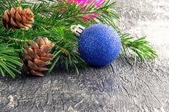 Kritiserar den blåa glass bollen för gnistrandet på tabellen Royaltyfria Foton