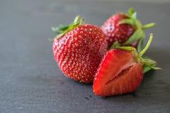 Kritiserar nya jordgubbar f?r Closeupmakro p? m?rker br?det arkivfoto