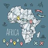 Kritzeln Sie Afrika-Karte auf blauer Tafel mit Stiften und Stockfotos