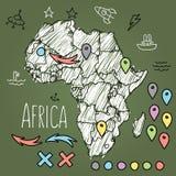 Kritzeln Sie Afrika-Karte auf grüner Tafel mit Stiften Stockbilder