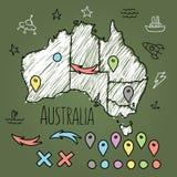 Kritzeln Sie Australien-Karte auf grüner Tafel mit Stiften Lizenzfreie Stockbilder
