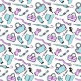 Kritzeln Sie Hand gezeichnetes nahtloses Muster der Mode-Accessoires und der Handtaschen in den blauen und rosa Pastellfarben Ski Lizenzfreie Stockfotos