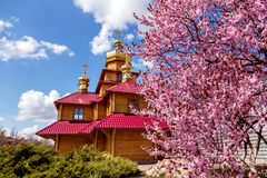 Kriviy Rih, Ucrania, el 22 de abril de 2015 Iglesia ortodoxa de madera Fotografía de archivo