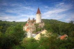 Krivoklat-Schloss im Wald in der Tschechischen Republik lizenzfreie stockfotos