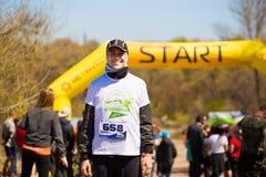Krivoy Rog, Ucraina - 21 aprile 2019: Gruppo di giovani atleti nella posizione di inizio Giovani adatti che preparano per la mara immagine stock libera da diritti