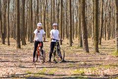 Krivoy Rog, Ucraina - 9 aprile 2019: La guida felice delle coppie va in bicicletta il concetto esterno e sano di divertimento di  immagini stock libere da diritti