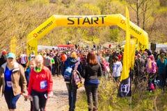 Krivoy Rog, Ukraine - 21. April 2019: Gruppe junge Athleten in Anfangsposition Geeignete junge Leute, die f?r Marathon sich vorbe stockfotografie
