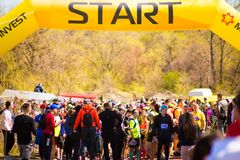 Krivoy Rog, Ukraine - 21. April 2019: Gruppe junge Athleten in Anfangsposition Geeignete junge Leute, die f?r Marathon sich vorbe lizenzfreies stockfoto