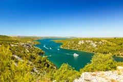 Krka flod, nära staden Skradin i Kroatien Segelbåtar som seglar på floden Royaltyfri Foto